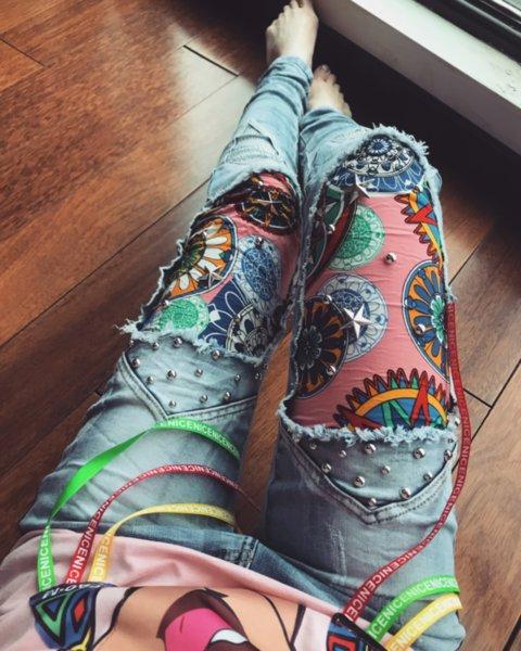 Дънки с цветни мотиви, капси и  колан